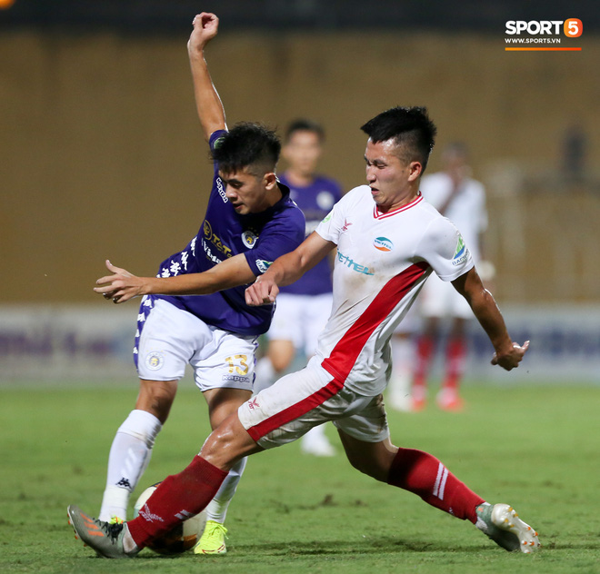 Quang Hải bẻ lái đột ngột khi ăn mừng bàn thắng khiến đồng đội ngã dúi dụi hài hước - ảnh 7