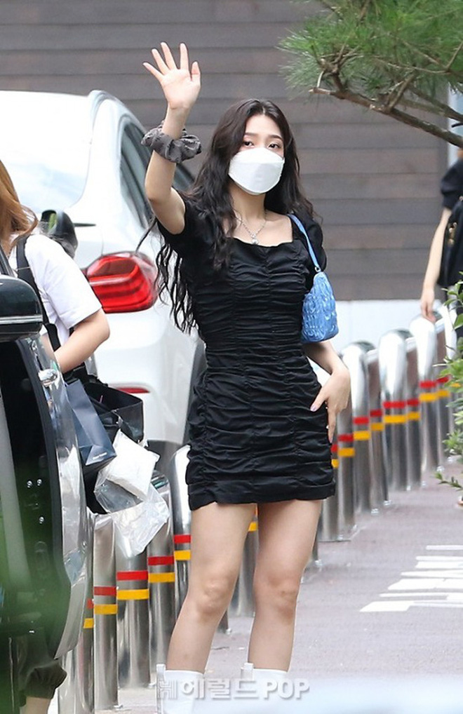 Khẩu chiến nữ thần mới của Red Velvet dự sự kiện: Đồ bèo nhún như quấn chăn dìm không nổi thánh body, chấp cả camera thường - ảnh 16