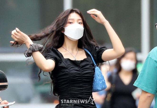 Khẩu chiến nữ thần mới của Red Velvet dự sự kiện: Đồ bèo nhún như quấn chăn dìm không nổi thánh body, chấp cả camera thường - ảnh 17