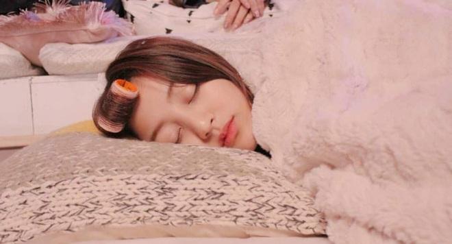 Idol Hàn chợp mắt với nguyên lớp makeup: Xem vừa thương vừa nhận ra toàn cực phẩm nhan sắc, đến ngủ cũng đẹp - ảnh 10
