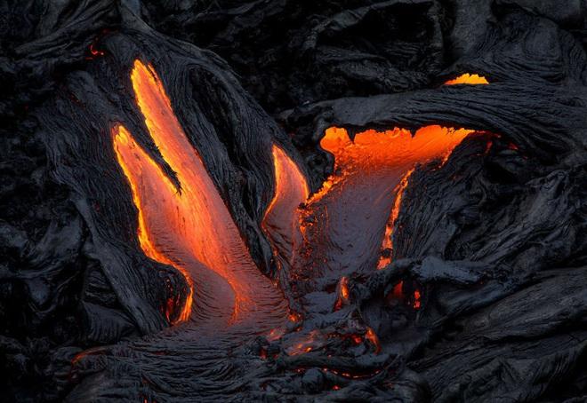 Suýt thiêu cháy camera trên miệng núi lửa, nhiếp ảnh gia lại thu được những khoảnh khắc không tưởng - ảnh 1