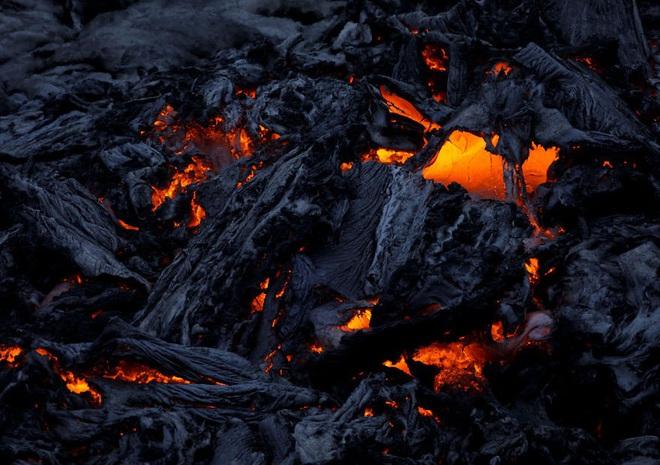 Suýt thiêu cháy camera trên miệng núi lửa, nhiếp ảnh gia lại thu được những khoảnh khắc không tưởng - ảnh 2
