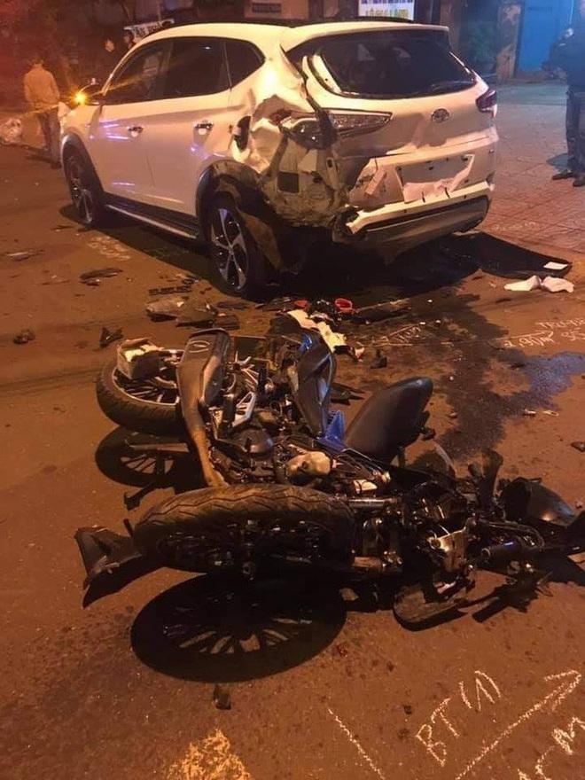 Tông vào xe con đang đậu, 2 thanh niên tử vong tại chỗ - ảnh 1