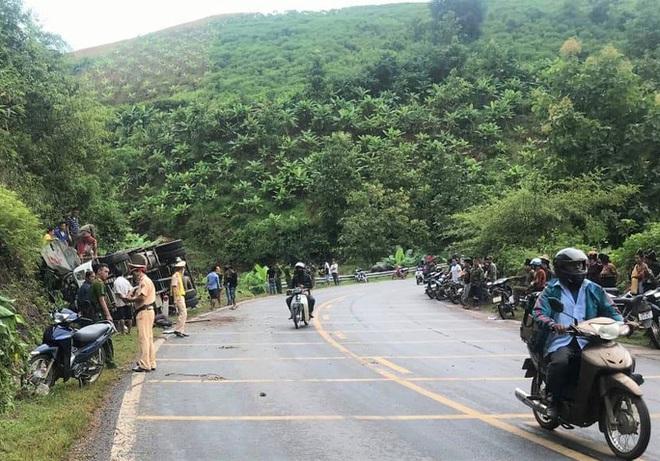 Hàng chục cảnh sát và người dân phá ca-bin, cứu 2 người mắc kẹt trong xe tải lật - ảnh 1