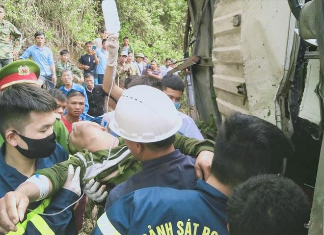 Hàng chục cảnh sát và người dân phá ca-bin, cứu 2 người mắc kẹt trong xe tải lật - ảnh 2