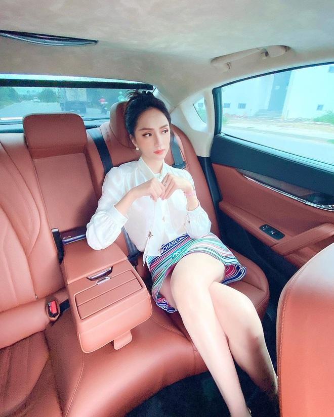 Hương Giang đụng hàng Phượng Chanel và cả dàn sao Kpop: Nhìn qua là biết ai chơi nhất, có nàng còn xén váy ngắn cũn - ảnh 2