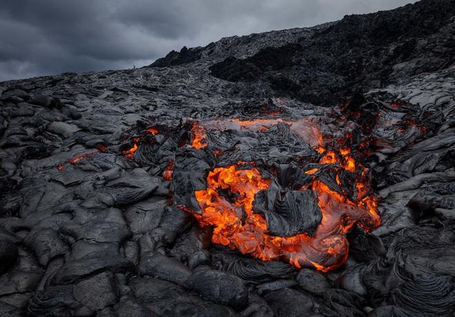 Suýt thiêu cháy camera trên miệng núi lửa, nhiếp ảnh gia lại thu được những khoảnh khắc không tưởng - ảnh 5
