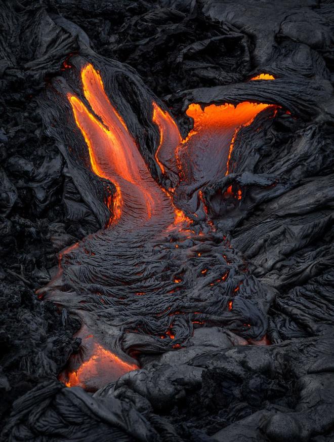 Suýt thiêu cháy camera trên miệng núi lửa, nhiếp ảnh gia lại thu được những khoảnh khắc không tưởng - ảnh 6