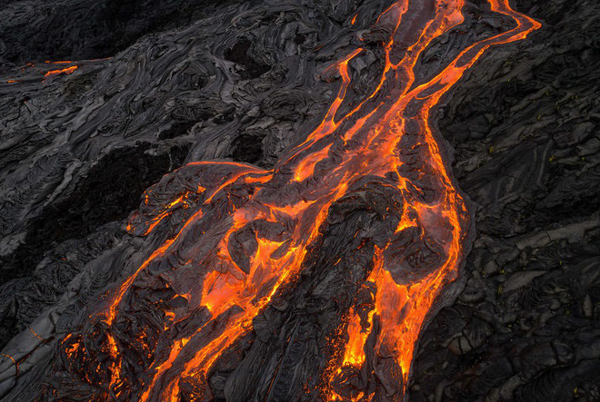 Suýt thiêu cháy camera trên miệng núi lửa, nhiếp ảnh gia lại thu được những khoảnh khắc không tưởng - ảnh 7