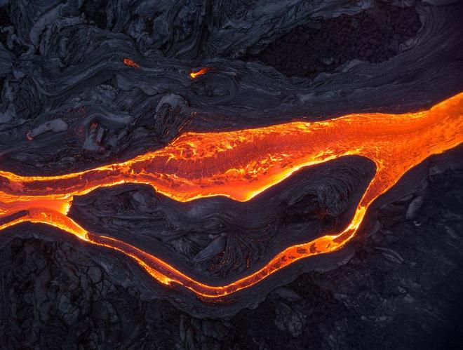 Suýt thiêu cháy camera trên miệng núi lửa, nhiếp ảnh gia lại thu được những khoảnh khắc không tưởng - ảnh 8