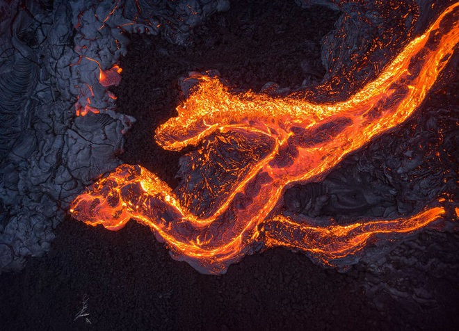 Suýt thiêu cháy camera trên miệng núi lửa, nhiếp ảnh gia lại thu được những khoảnh khắc không tưởng - ảnh 9