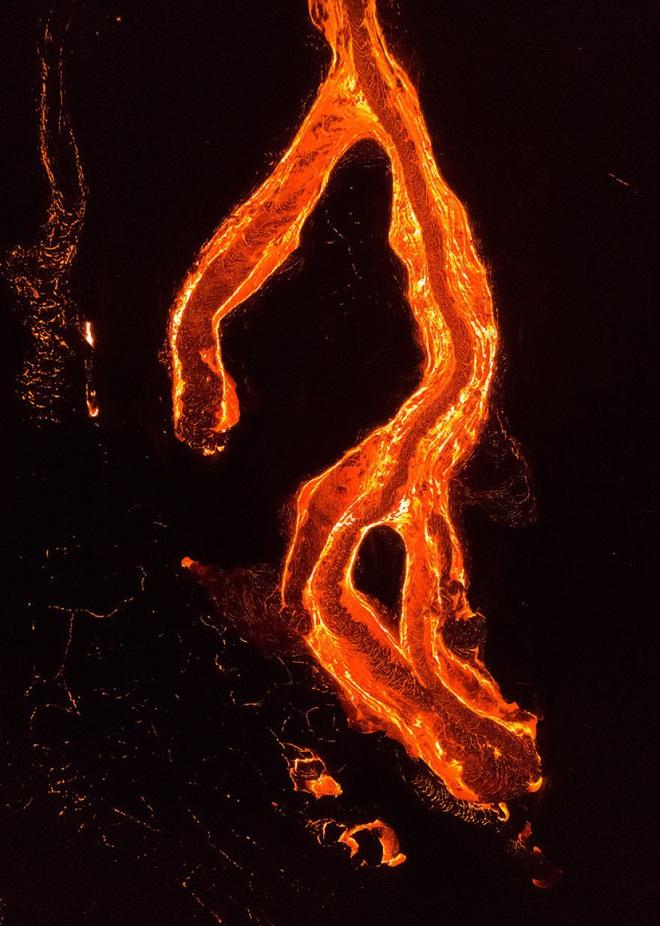 Suýt thiêu cháy camera trên miệng núi lửa, nhiếp ảnh gia lại thu được những khoảnh khắc không tưởng - ảnh 10