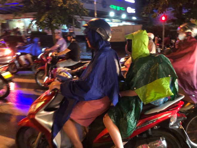 Ảnh: Cơn mưa xối xả đổ xuống Hà Nội giờ tan học khiến nhiều phụ huynh, học sinh mệt nhoài trên đường về nhà - ảnh 5
