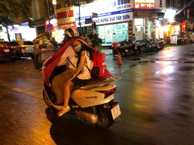 Ảnh: Cơn mưa xối xả đổ xuống Hà Nội giờ tan học khiến nhiều phụ huynh, học sinh mệt nhoài trên đường về nhà - ảnh 6