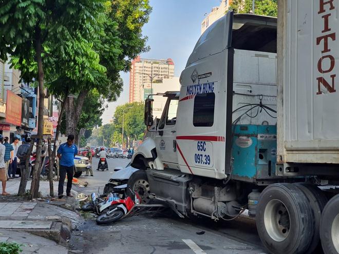 TP.HCM: Kinh hoàng container lao qua dải phân cách, tông nát ô tô con và cuốn nhiều xe máy vào gầm - ảnh 2