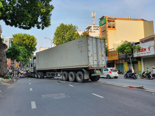 TP.HCM: Kinh hoàng container lao qua dải phân cách, tông nát ô tô con và cuốn nhiều xe máy vào gầm - ảnh 9