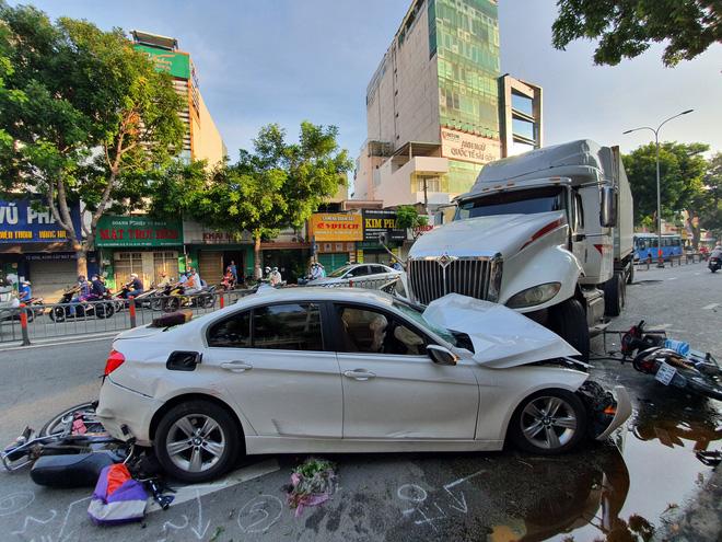 TP.HCM: Kinh hoàng container lao qua dải phân cách, tông nát ô tô con và cuốn nhiều xe máy vào gầm - ảnh 1