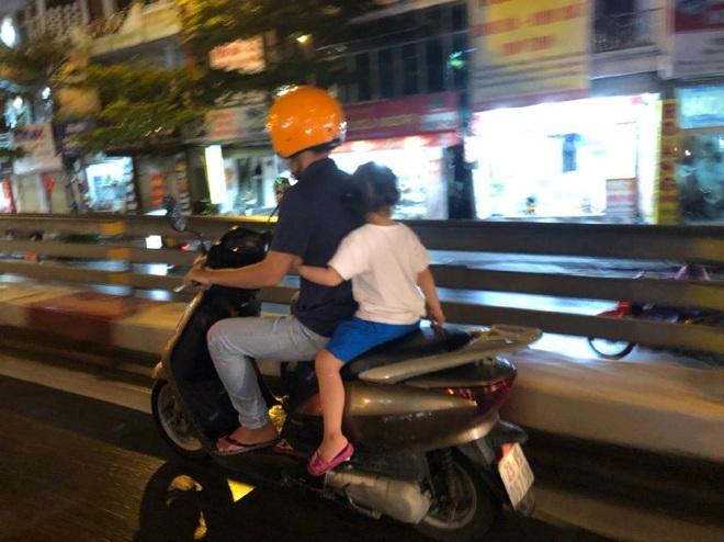 Ảnh: Cơn mưa xối xả đổ xuống Hà Nội giờ tan học khiến nhiều phụ huynh, học sinh mệt nhoài trên đường về nhà - ảnh 7