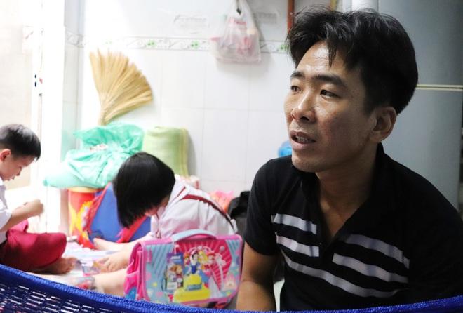 Vợ mất sau khi sinh, chồng chết lặng ôm 4 đứa con khờ dại: Mẹ con không về nữa đâu - ảnh 12