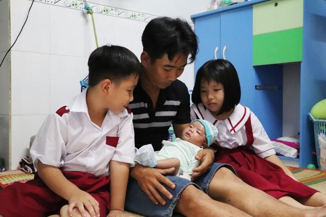 Vợ mất sau khi sinh, chồng chết lặng ôm 4 đứa con khờ dại: Mẹ con không về nữa đâu - ảnh 5