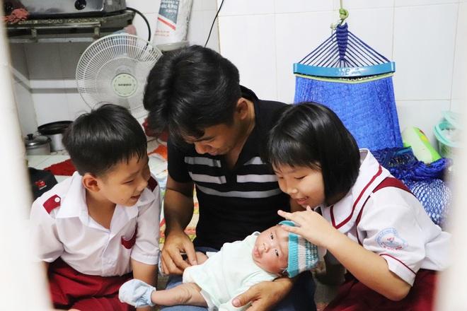 Vợ mất sau khi sinh, chồng chết lặng ôm 4 đứa con khờ dại: Mẹ con không về nữa đâu - ảnh 19