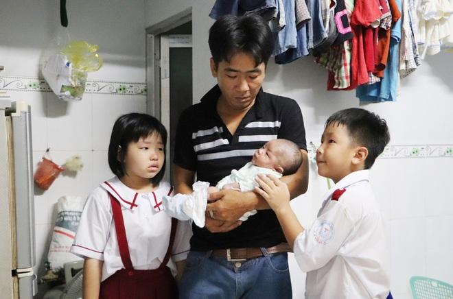 Vợ mất sau khi sinh, chồng chết lặng ôm 4 đứa con khờ dại: Mẹ con không về nữa đâu - ảnh 10