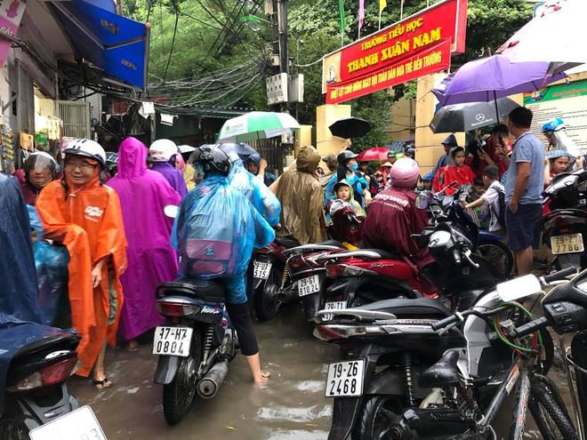 Ảnh: Cơn mưa xối xả đổ xuống Hà Nội giờ tan học khiến nhiều phụ huynh, học sinh mệt nhoài trên đường về nhà - ảnh 1