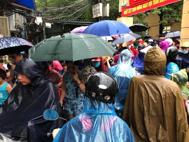 Ảnh: Cơn mưa xối xả đổ xuống Hà Nội giờ tan học khiến nhiều phụ huynh, học sinh mệt nhoài trên đường về nhà - ảnh 3