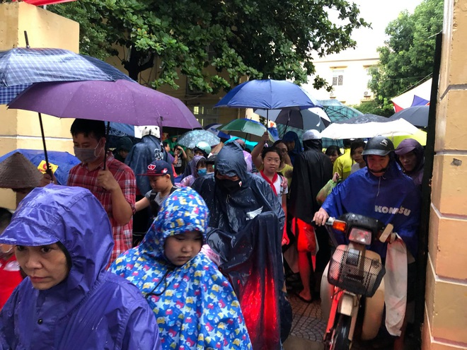 Ảnh: Cơn mưa xối xả đổ xuống Hà Nội giờ tan học khiến nhiều phụ huynh, học sinh mệt nhoài trên đường về nhà - ảnh 4