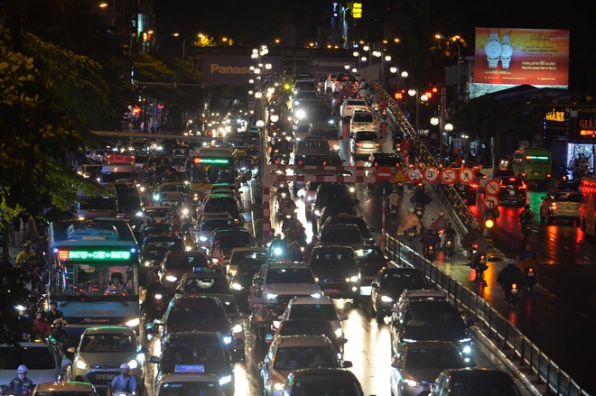 Ảnh: Cơn mưa xối xả đổ xuống Hà Nội giờ tan học khiến nhiều phụ huynh, học sinh mệt nhoài trên đường về nhà - ảnh 8
