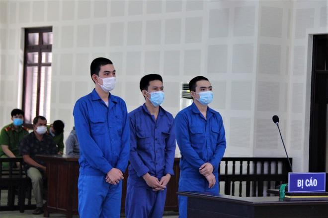 Chém người vì mâu thuẫn trong quán nhậu, 3 thanh niên chia nhau 26 năm tù - ảnh 1