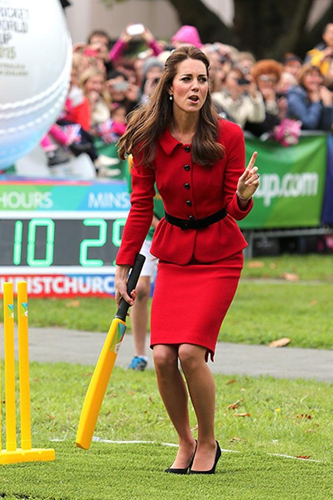 Trải qua 3 lần sinh nở, Công nương Kate có bí quyết giữ dáng gì mà vẫn mặc vừa đồ size S chuẩn chỉnh? - ảnh 15