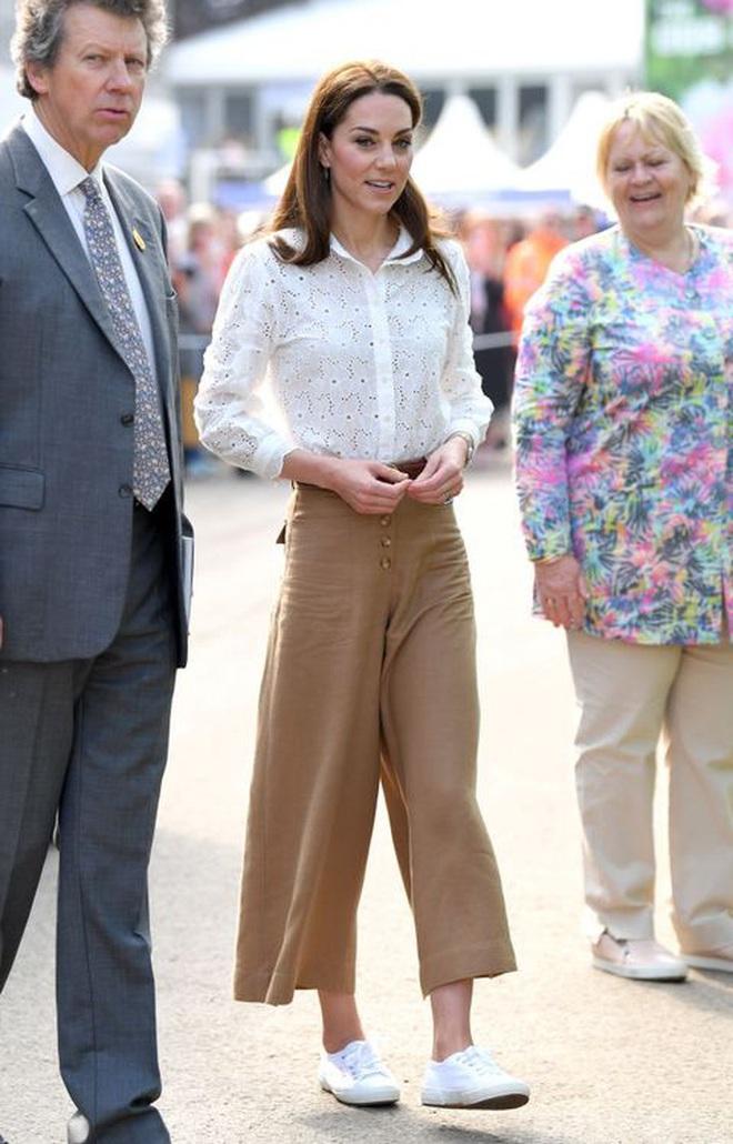 Trải qua 3 lần sinh nở, Công nương Kate có bí quyết giữ dáng gì mà vẫn mặc vừa đồ size S chuẩn chỉnh? - ảnh 3
