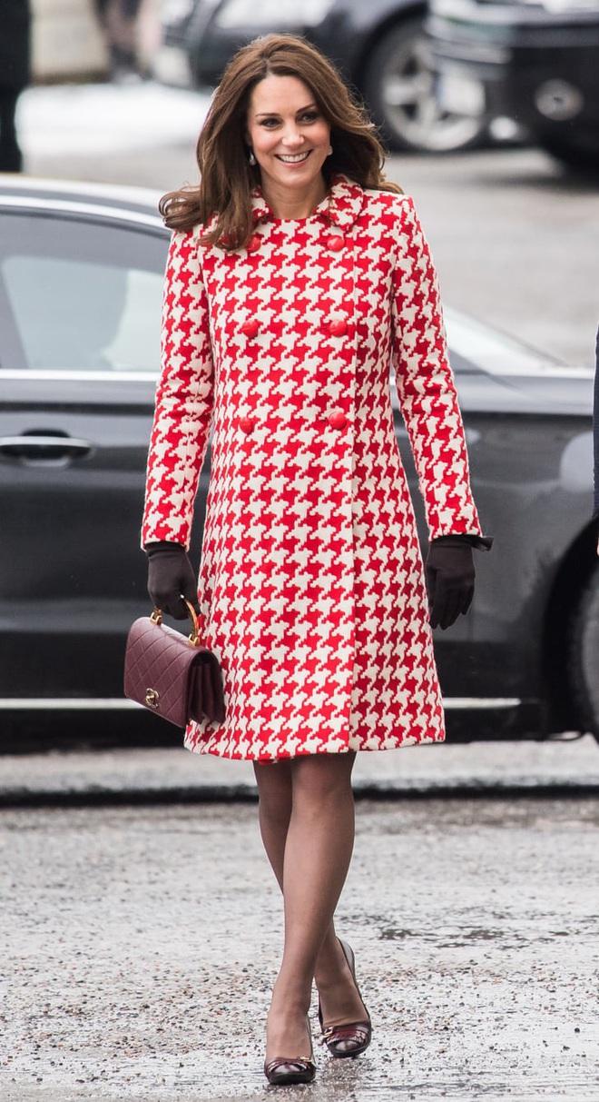 Trải qua 3 lần sinh nở, Công nương Kate có bí quyết giữ dáng gì mà vẫn mặc vừa đồ size S chuẩn chỉnh? - ảnh 2