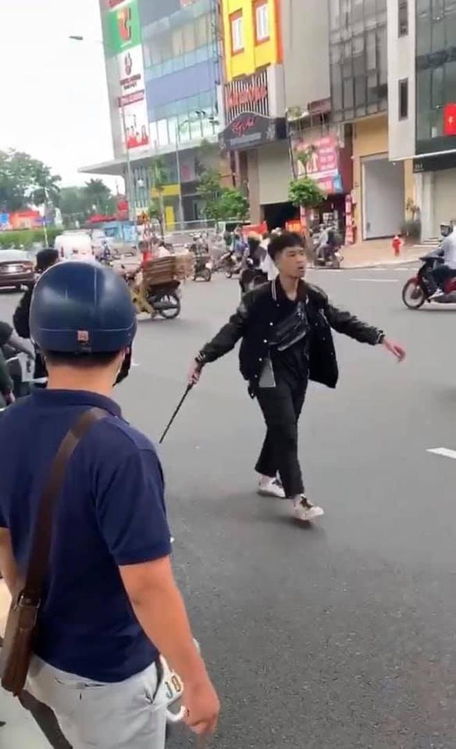 Hà Nội: Tạm giữ hình sự nam thanh niên 17 tuổi đập phá xe máy trên đường Trường Chinh sau va chạm với bà bầu - ảnh 1