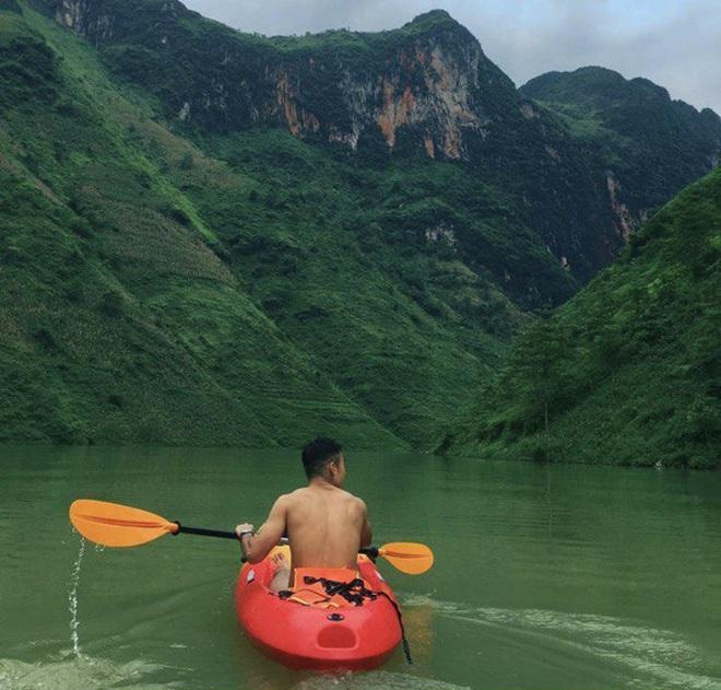 Lên Mã Pì Lèng không chỉ để chụp ảnh, giới trẻ thi nhau khoe trải nghiệm bộ môn mới ngay tại sông Nho Quế - Ảnh 4.