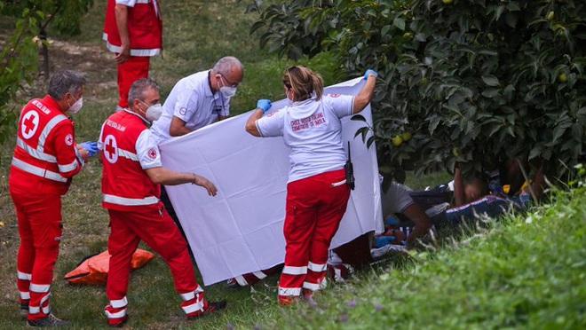 Cua rơ mất lái đâm vào rào chắn và rơi xuống đồi, fan xót xa khi chứng kiến vết thương của nữ VĐV trẻ - ảnh 3