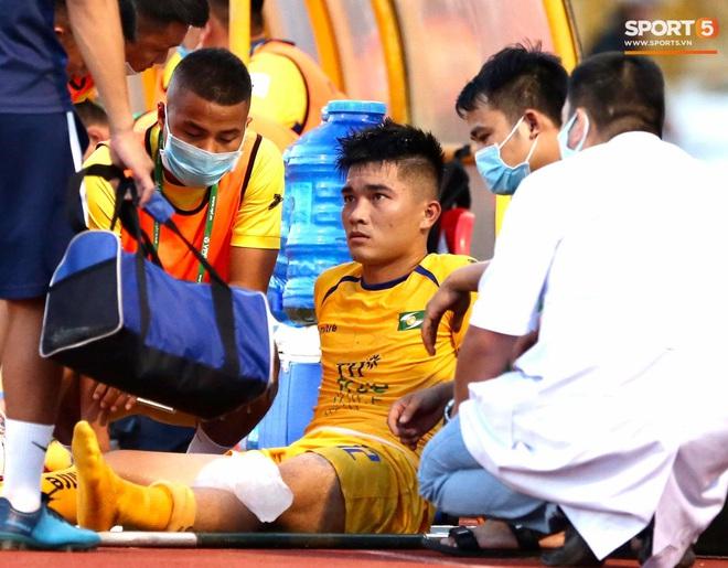 Công Phượng đau đớn rời sân sau khi lập cú đúp bàn thắng vào lưới CLB Nam Định - ảnh 11