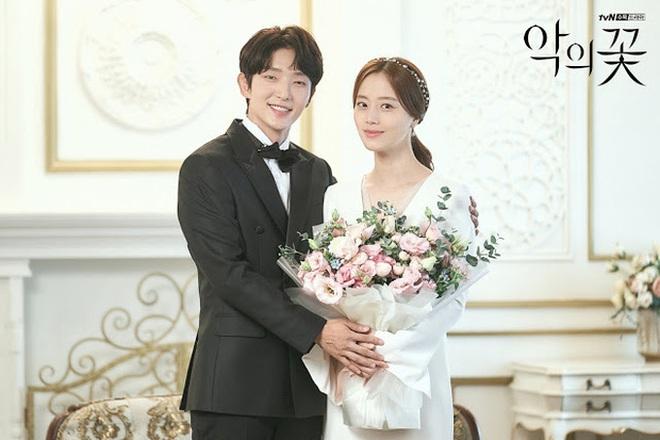 Phim đã đóng máy, Lee Jun Ki vẫn ôm chặt Moon Chae Won không rời ở hậu trường Flower Of Evil - ảnh 11