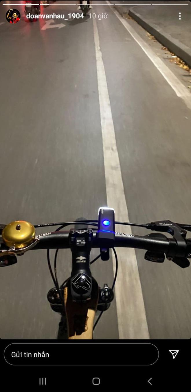 """Sau hơn một tháng về Việt Nam, Văn Hậu vẫn tập thể dục theo """"giờ châu Âu"""": Nửa đêm đi đạp xe, thăm thú các địa điểm nổi tiếng của Hà Nội - Ảnh 1."""