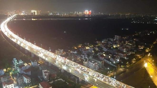 Hà Nội: 12 ô tô đâm liên hoàn trên cầu Nhật Tân gây ùn tắc nghiêm trọng - ảnh 1