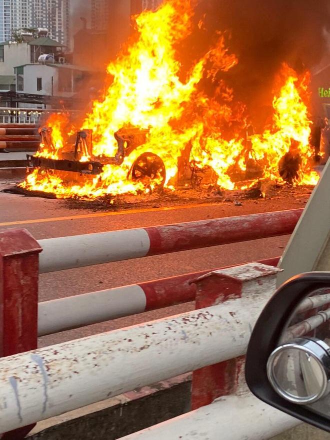 Hà Nội: Xế sang Range Rover bốc cháy ngùn ngụt trên cầu Chương Dương - ảnh 3