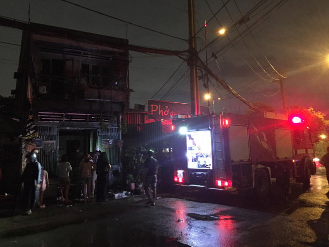TP.HCM: Nhà sát bên quán phở bị cháy, nhiều thực khách buông đũa tháo chạy - ảnh 1