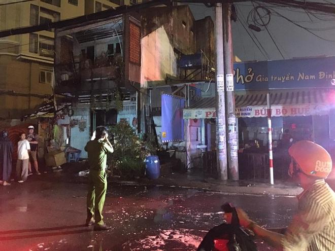 TP.HCM: Nhà sát bên quán phở bị cháy, nhiều thực khách buông đũa tháo chạy - ảnh 3