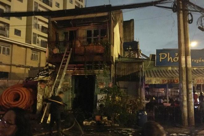 TP.HCM: Nhà sát bên quán phở bị cháy, nhiều thực khách buông đũa tháo chạy - ảnh 2