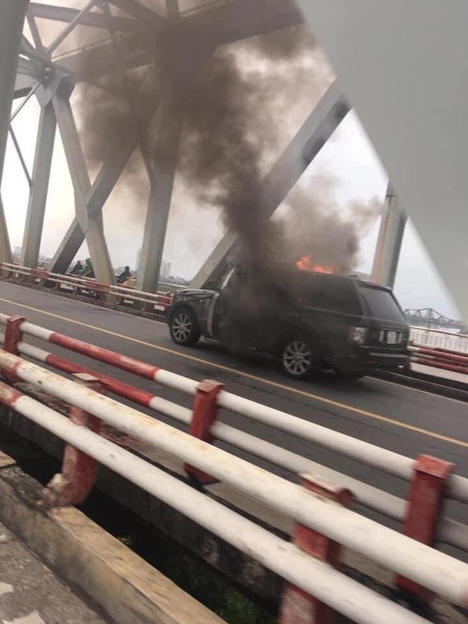 Hà Nội: Xế sang Range Rover bốc cháy ngùn ngụt trên cầu Chương Dương - ảnh 5