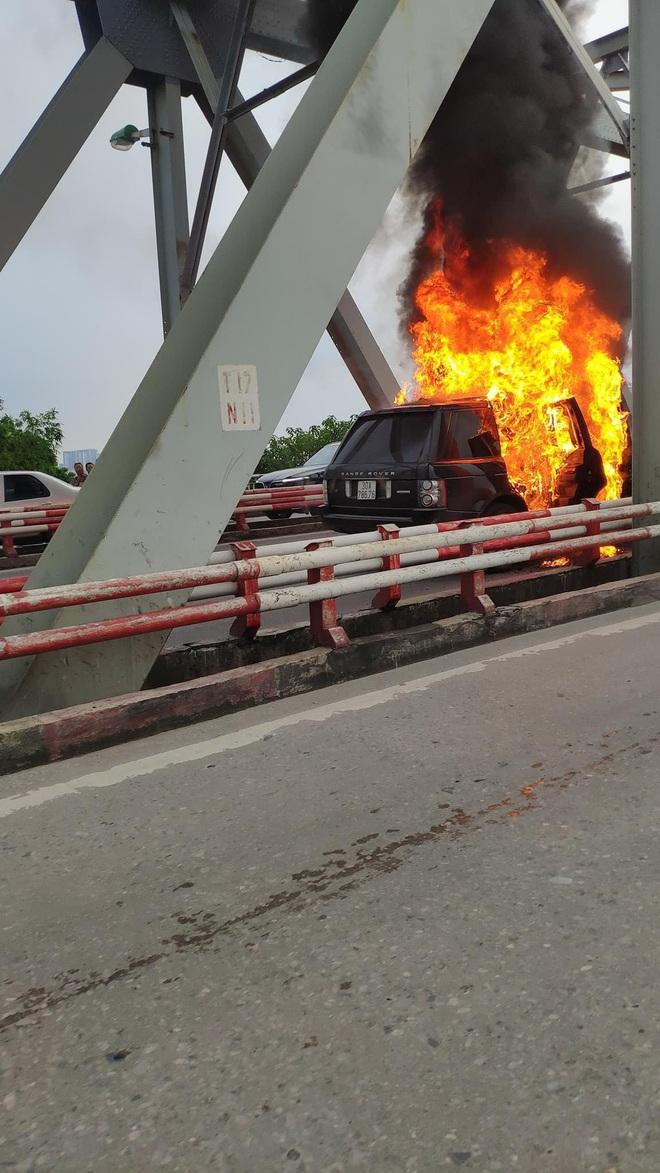Hà Nội: Xế sang Range Rover bốc cháy ngùn ngụt trên cầu Chương Dương - ảnh 2