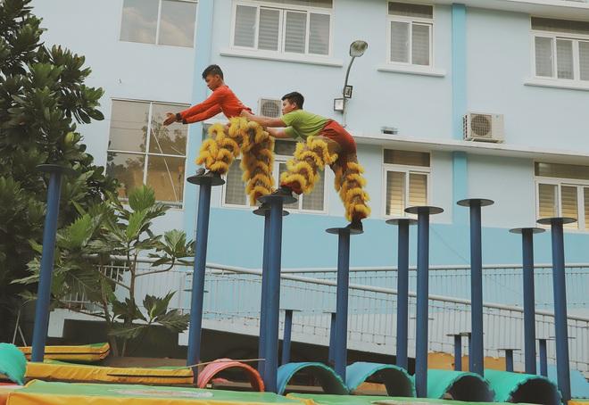 2 đứa trẻ bị mẹ bỏ rơi dưới chân cầu 3 năm trước và chuyện của đội lân đường phố ở Sài Gòn - ảnh 13