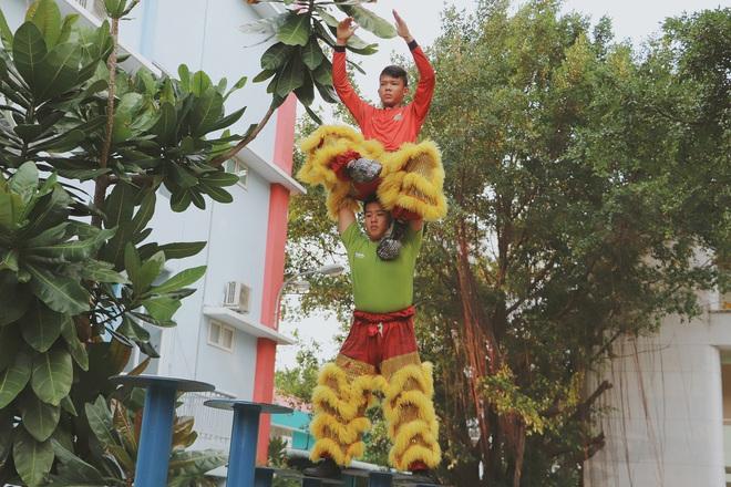 2 đứa trẻ bị mẹ bỏ rơi dưới chân cầu 3 năm trước và chuyện của đội lân đường phố ở Sài Gòn - ảnh 11