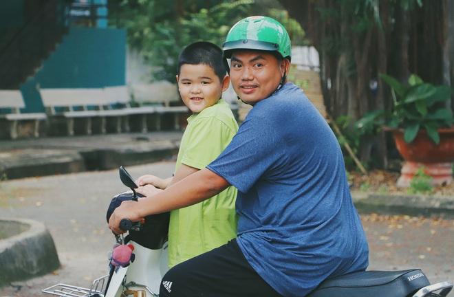 2 đứa trẻ bị mẹ bỏ rơi dưới chân cầu 3 năm trước và chuyện của đội lân đường phố ở Sài Gòn - ảnh 9